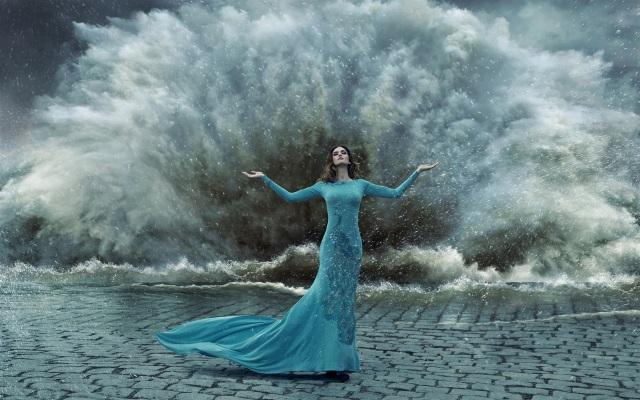 blue-peacock-dress-girl-gesture-storm-water-splash_1920x1200